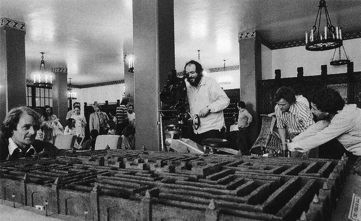 IlPost - Stanley Kubrick filma una scena del film utilizzando un modellino del labirinto. (The Overlook Hotel) - Stanley Kubrick filma una scena del film utilizzando un modellino del labirinto.  (The Overlook Hotel)