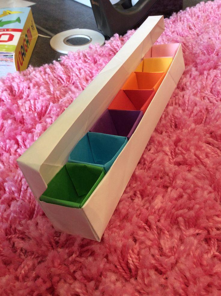 Vikt en pappers låda med lock och små origami lådor som fack inuti så att man kan sortera pyssel!