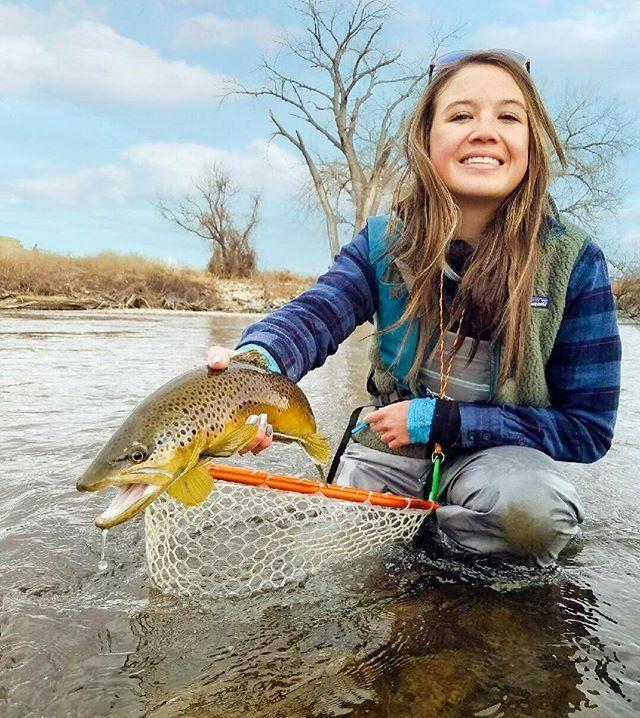 girl-women-fishing-in-snow