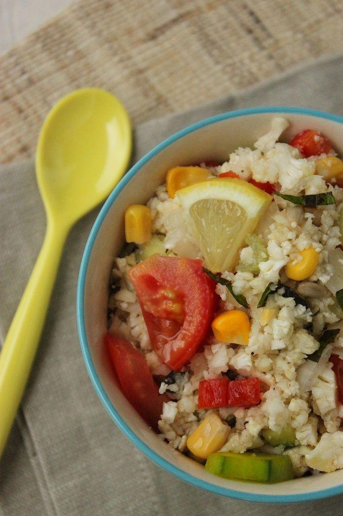 Il y a des recettes qui remportent un succès fou et inattendu. C'est le cas de la salade que je vous présente aujourd'hui ! Je me suis inspirée de la recette du taboulé cru de chou-fleur du livre &Vegan& de Marie Laforêt (je suis partie en free-style...