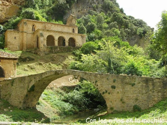 El puente romano sobre el río Molinar y la ermita de Ntra. Señora de la Hoz