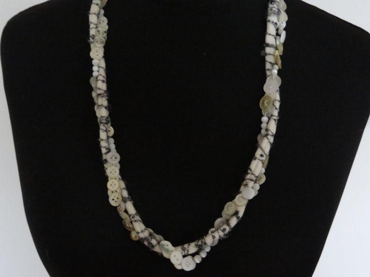 Kette aus Knöpfen, Wollresten, Perlen
