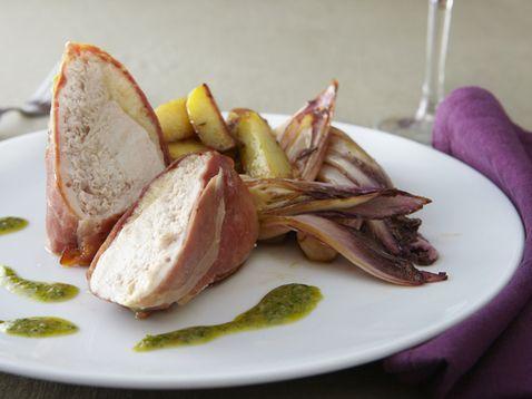 Pintade dans son manteau de pancetta, pommes de terre primeurs et endives rouges