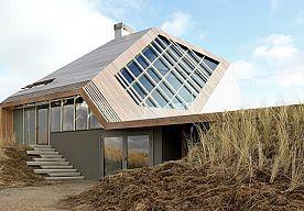 30-Apr-2015 13:18 - JORT KELDERS BUITENHUIS IS ARCHITECTONISCH HOOGSTANDJE (FOTO'S!). Wellicht had u het al uit het circuitje vernomen: Quote's voormalige opperhoofd Jort Kelder heeft een indrukwekkend vakantiehuis laten bouwen in de duinen van Terschelling. Zo indrukwekkend zelfs, dat het stulpje nu het gerenommeerde architectuur- en designmagazine Dezeen heeft gehaald.