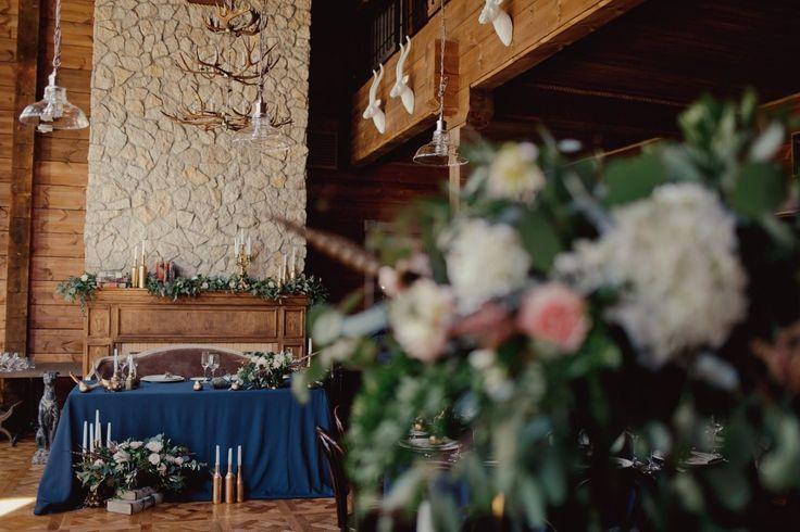 Мы любим загородные свадьбы с деревянными домиками, верандами, лесным воздухом и семейным теплом. И свадьба Вадима и Ани прошла именно в таком формате.