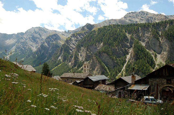 Plus haute commune d'Europe, nichée à 2 040 mètres d'altitude, Saint-Véran est aussi l'une des plus anciennes stations de ski en France. Ce village situé dans les Hautes-Alpes compte de nombreux chalets typiques de la région.