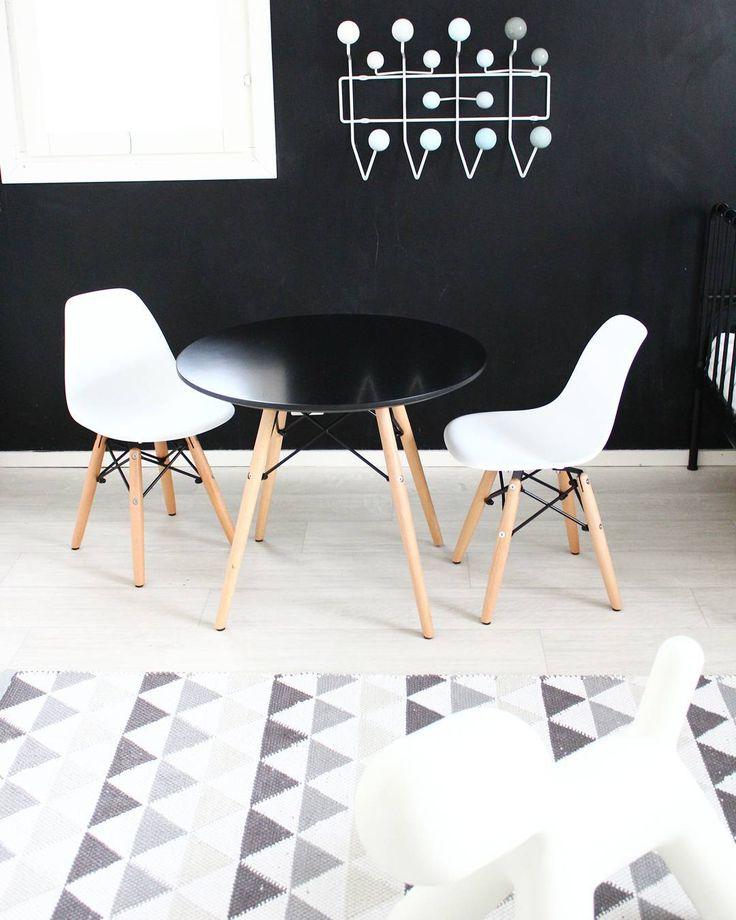 Ihana Eames tyylinen pieni pöytöryhmä lastenhuoneen mustavalkoisen sisustuksen kaverina