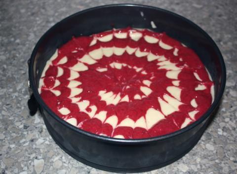 Recept s fotopostupom na fantastickú raw malinovú tortu. Postačia vám aj mrazené maliny.