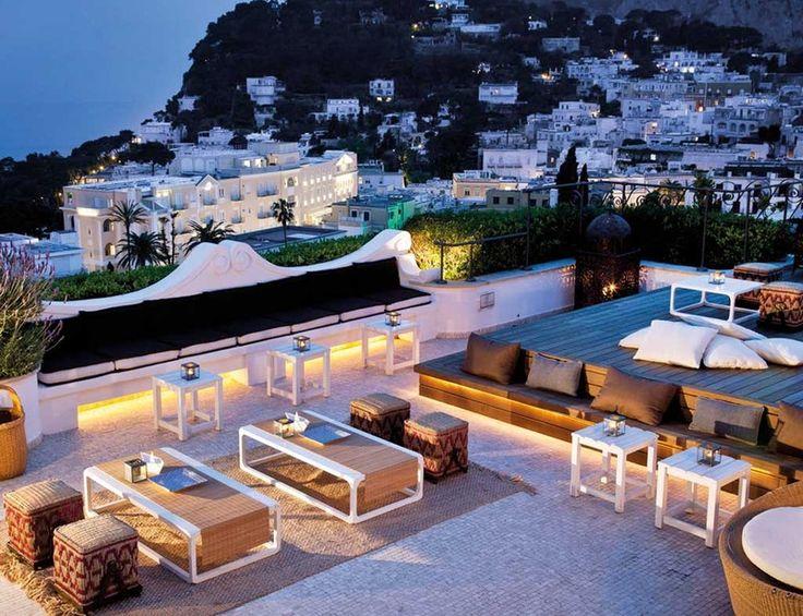 Italia, sofisticado y con historia Hablar de Capri ya inspira lujo y cierto savoir vivre. La jet set internacional eligió este destino durante décadas para dar rienda suelta a sus pasiones durante las épocas estivales. Terrazas