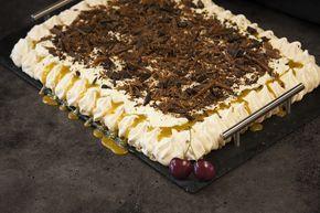 Deilig marengskake med karamell- og kaffefyll, krem, sjokolade og knasende Daim. En kake helt utenom det vanlige! Kaken er nydelig som den er, men den kan også fryses. Hvis du fryser denne kaken, så fungerer den ypperlig som en iskake! Ta den ut av frysen 20 minutter før servering.