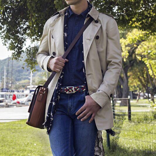 Trendy ve genç bir sonbahar stili için denim kombininizi örgü kemer, postacı çanta ve sonbaharın eşsiz kurtarıcısı taş rengi trençkotla tamamlayabilirsiniz. #trençkot #hatemoglu #mensfashion #autumn