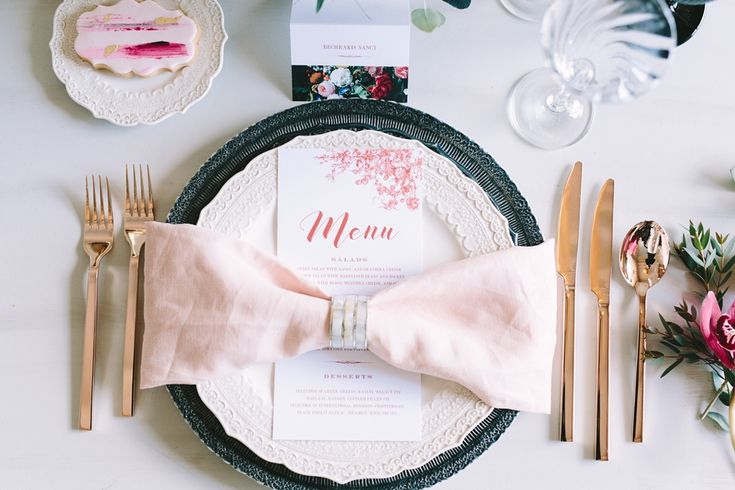 Beautiful art de la table, ideal for Valentine's Day!  #valentinesday #setup #artdelatable #pink #gold #red #black #placecard #decoration #inspiration #weddingplanner #dreamsinstyle