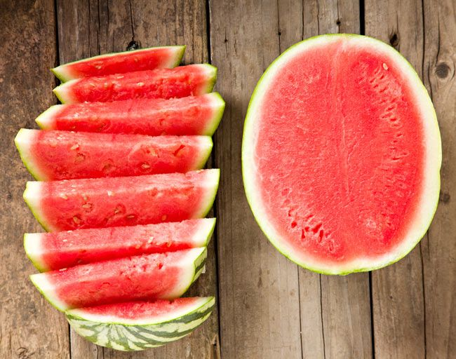 Lycopene is a red plant pigment that may be good for your health. Here are five foods that contain lycopene to add to your diet for more antioxidants. Cheesecake, Watermelon Salad, Mint Salad, Healthy Skin Care, Proper Diet, Food Hacks, Food Tips, Cooking Tips, Health And Wellness