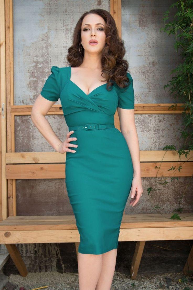 Deze50s Erin Short Sleeve Wiggle Dress in Jadevan Pinup Couture is een klassiek maar sexy pencil jurkje!Deze beauty is geïnspireerd op de jaren 50, maar dan met een moderne twist! Mooi aansluitende top met een geplooide sweetheart halslijn, overslag detail en korte pofmouwtjes.De rok benadrukt je rondingen prachtig zonder af te tekenen en valt bij een lengte van 1,71 m net over de knie, zoals te zien is bij model Erin Cummings.De taille wordt nog eens extra geacc...
