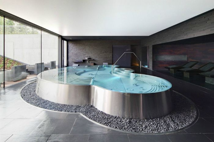 Большая ванна, выполненная в виде плавательного бассейна со ступеньками.