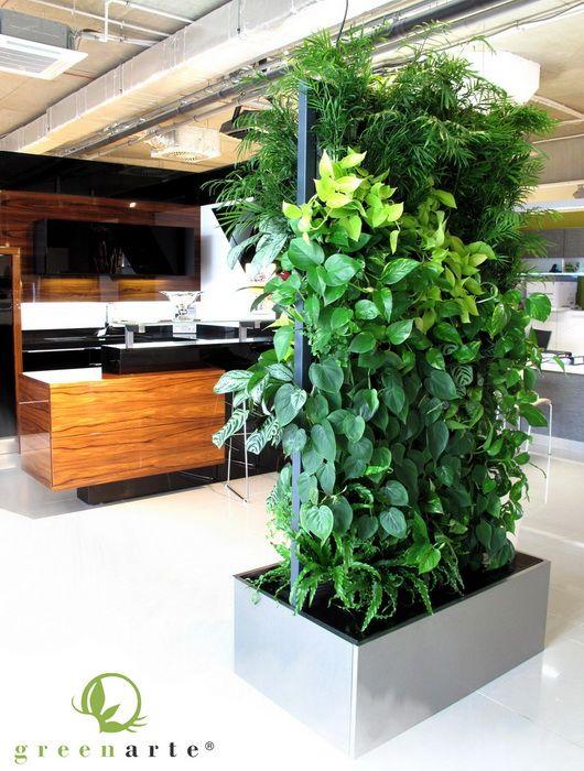 Dwustronna mobilna zielona ściana w salonie meblowym firmy Halupczok - Greenarte®