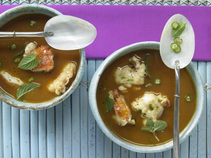Eine Kokossuppe wärmt perfekt von Innen. Langusten-Kokos-Suppe - mit Tomaten, Ingwer und Chili - smarter - Kalorien: 150 Kcal - Zeit: 40 Min.   eatsmarter.de