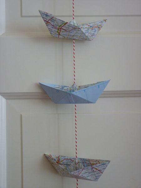schiffchengirlande    Jedes kleine Papierschiff stammt aus einem alten Atlas; insgesamt 8 Schiffe an rot/weißem Baumwollgarn,