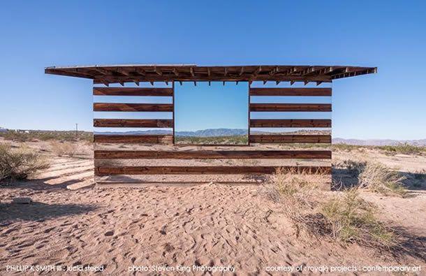 Esta casa não é o que parece… Vais ficar completamente de boca aberta só de a veres a ideia de intercalar espelhos e vigas de madeira, que é realmente incrível, mas, quando anoitece, tudo fica diferente de novo… Esta obra incrível e fantástica foi projectada pelo artista Phillip K. Smith III, em Joshua Tree, na [...]