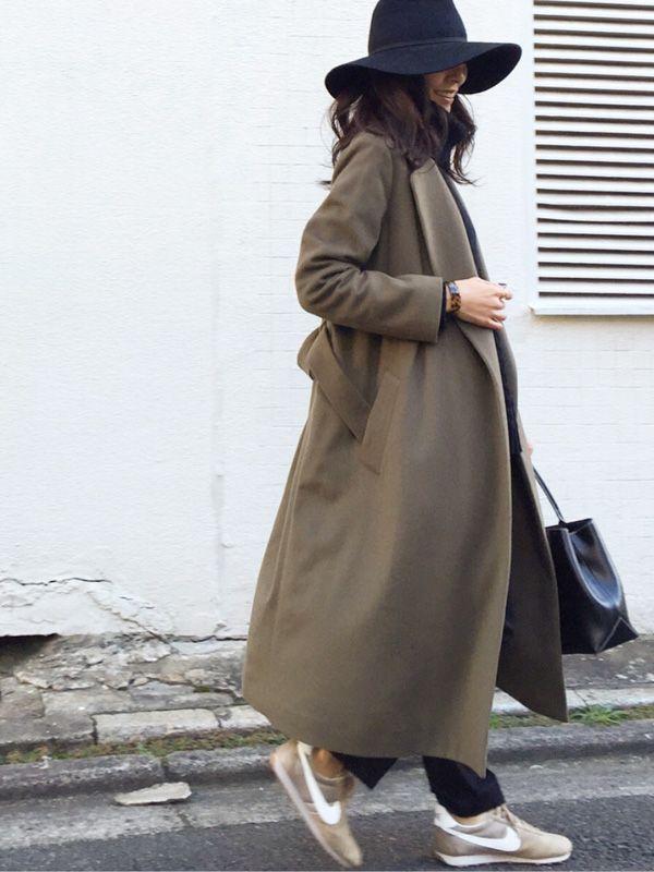 京都で着物制作・デザインなどのお仕事をされている自営業のチカさん(45歳)。今回初スナップ投稿となるチカさんのファッションコーディネートを紹介します。 この日は打ち合わせからの帰りにプラっとお出かけしていたチカさん。彼女が着用している超ロングコートは今年の秋冬に大流行している注目アイテムです。 超ロングコートとは、その名前の通り、通常のロングコートよりも丈が長く、くるぶしまで来るくらいの長さのコートのことをいいます。  足元はスニーカーを合わせることでキレイ目過ぎず、カジュアルなスタイルに仕上げています。カラーもアウターに合わせて統一感を。  おしゃれ女子は手元のアクセサリーにも抜かりなし! ロングコート: ビューティ&ユース ユナイテッドアローズ(BEAUTY & YOUTH UNITED ARROWS) ニット: titivate(ティティベイト) パンツ: ModeRobe(モードローブ) 帽子: ZARA スニーカー: Nike バングル: hem accessories バッグ: agnes b.(アニエスベー) 人気のNikeスニーカーは楽天で販売中↓…