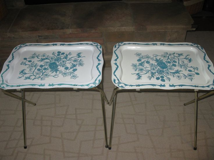 Set Of 2 Metal TV Trays  1960s   Floral Design  White And Turquoise