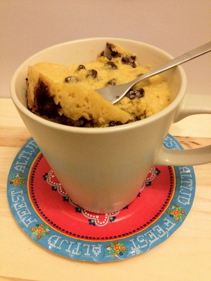 Een lekker en vooral snel cakeje uit de magnetron met chocolate chips. Tijd: 3 min. Benodigdheden: 1 ei 3 eetlepels basterdsuiker 1/3 cup zelfrijzend bakmeel (76 gram) 1 eetlepel zachte boter (roomboter of gewone margarine) 3 eetlepels chocolate chips (ik heb zelf een zakje smeltchocolade gekocht) Breek het ei in een grote mok. Voeg de …