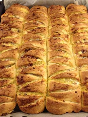 česnekové trojúhelníky http://domacipekarny.dama.cz/recept.php?r=3598 500 ml mléka 100 ml oleje 1 lžička cukru 2 lžičky soli 750 g hladké mouky 4 lžičky sušeného nebo 42 g čerstvého droždí  nádivka: 125 g změklého másla sůl dle chuti 12 - 14 prolisovaných stroužků česneku můžeme dát 3 žloutky, ale není nutno   Nastavení pekárny: Program Těsto