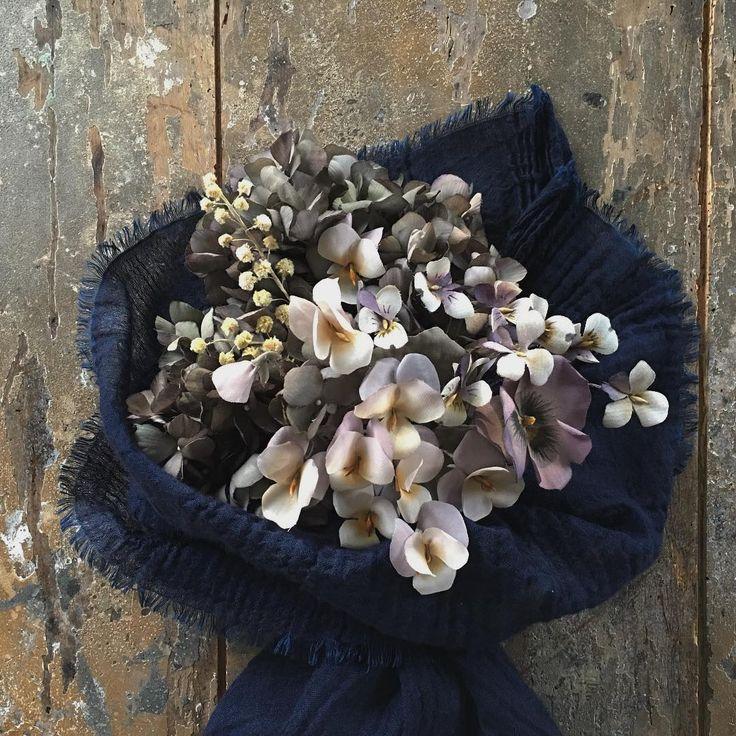 パンジー、ビオラ、スミレの三姉妹bouquet。  布花の花束。  #flower#flowers#flowerarrangement#art#antique#photograph#interior#rose#simple#handmade#handwork#bouquet#madeinjapan#japanmade#布花#手仕事#花束#ものづくり#飾り#フラワーアレンジメント
