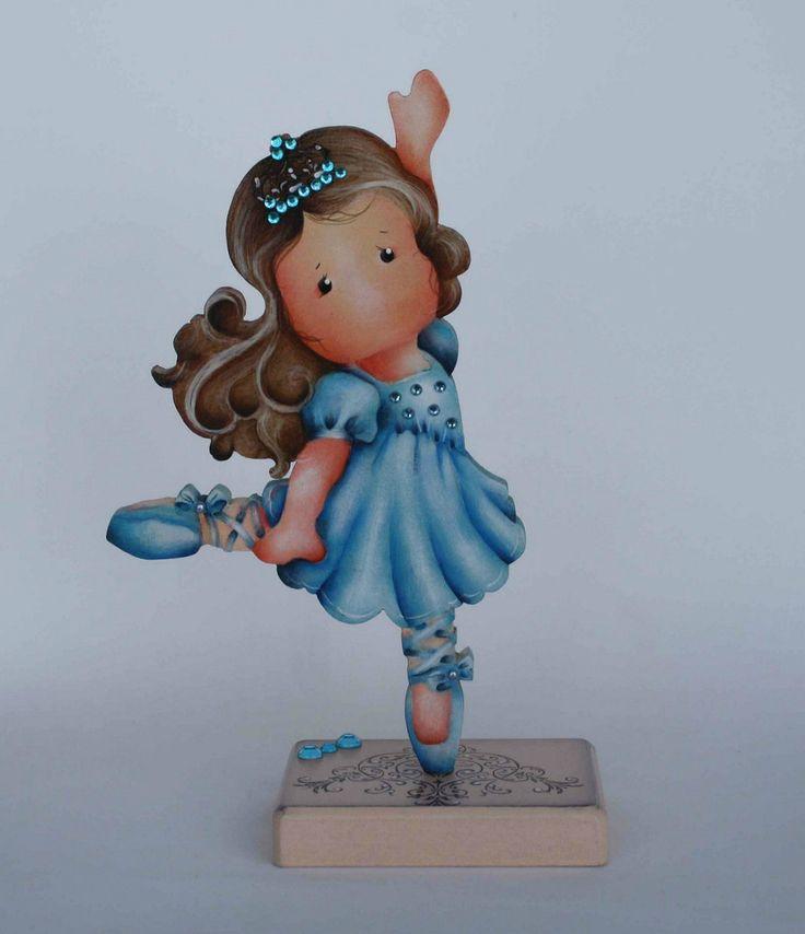 Sempre é tempo de enriquecer e embelezar o quarto das meninas, a sugestão é esta menina bailarina, feita em mdf, delicadamente pintada à mão. <br>Faço também na cor que seu coração escolher.