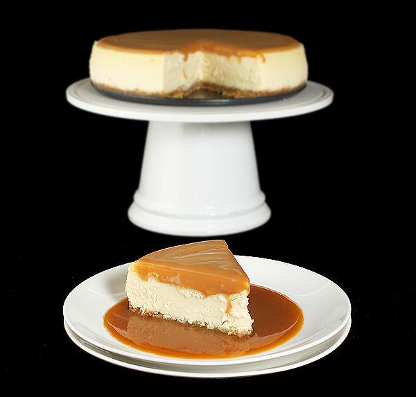 Amaretto Cheesecake with Almond Crust and Amaretto-Caramel Sauce {Torta al Formaggio (Profumati con Crema di Amaretto) con Crosta di Mandorle e Biscotti e Salsa di Caramello con Crema di Amaretto}