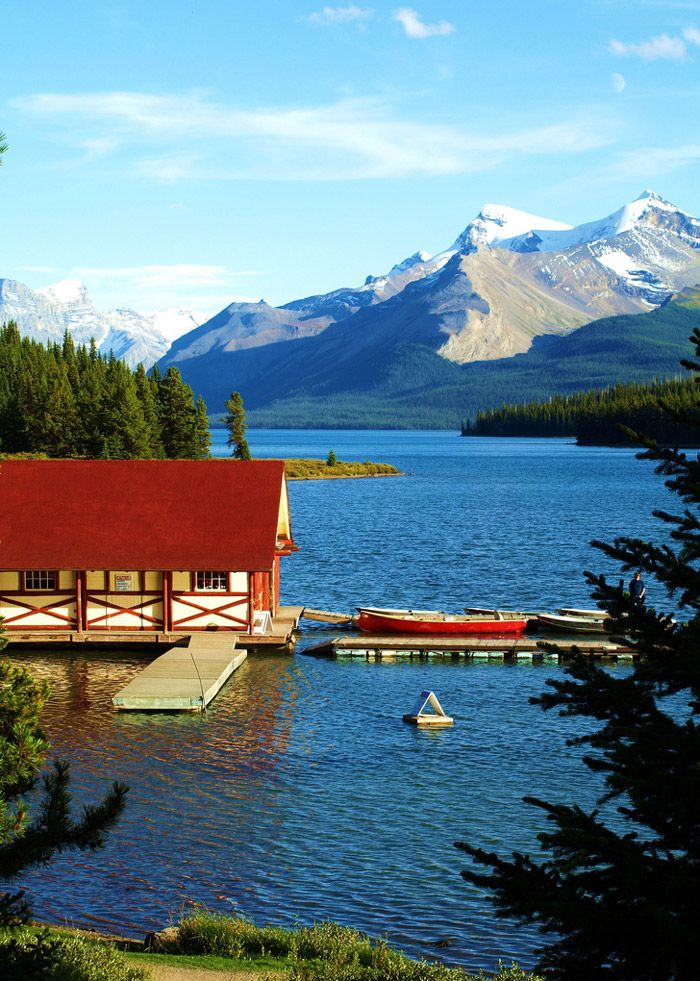Famous Places to Travel | Maligne Lake – Canada