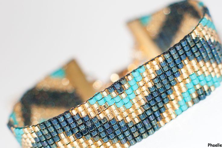 bracelet manchette en perles tissées - motif triangles or, turquoise, bleu marine : Bracelet par phaelle