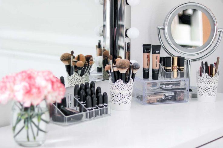 Schminktisch / Vanity / Boudoir  Make Up Produkte, die du unbedingt testen solltest! Von Foundation, Concealer, Mascara, Primer, über Rouge, Eyeshadow, Lipstick bis zu Brushes und Highlighter.