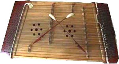 Rafe lo portò in soggiorno, dove, in cima a una cassettiera, c'era uno strumento musicale. Sembrava la parte interna di un pianoforte, ma era più piccolo e le corde metalliche si incrociavano da entrambi i lati, come le stringhe di una scarpa. La custodia era di un legno biondo finemente lavorato. Buttate lì sopra le corde c'erano due bacchette rivestite di lana, simili a due bastoncini con sopra due bruchi arrotolati. Rafe li prese e percosse le corde producendo una scala.