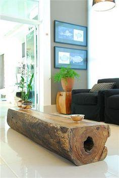 Un gran tronco como mesa de centro.