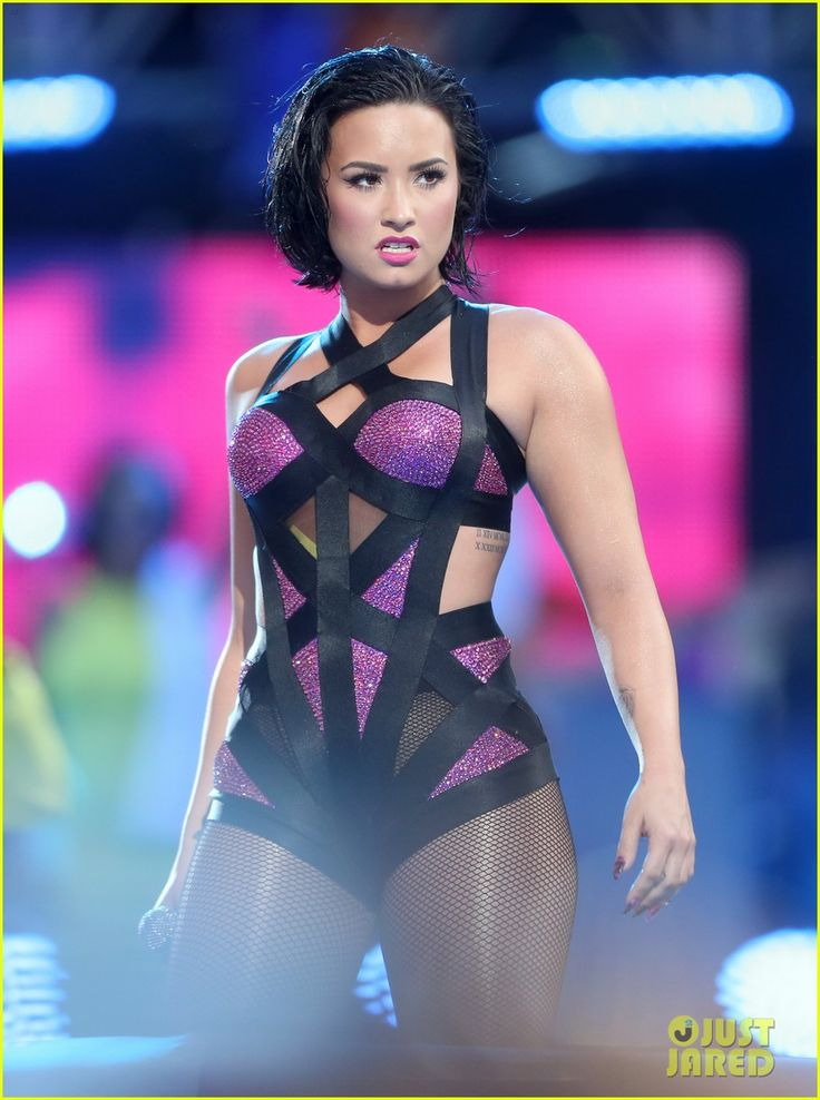 Demi Lovato Performs 'Cool for the Summer' at VMAs 2015 with Iggy Azalea!