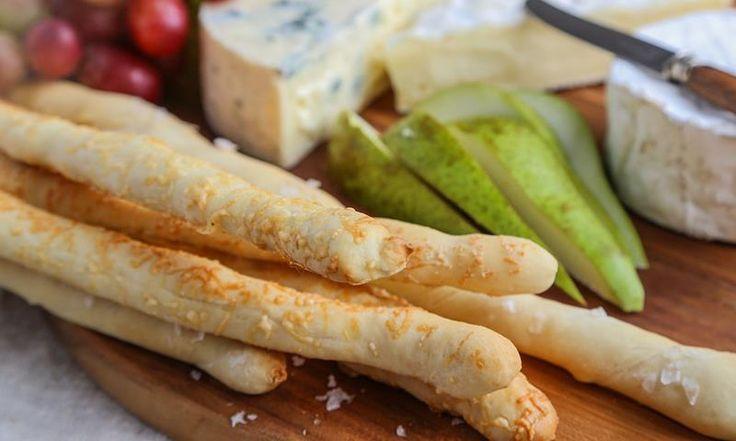 Grissini tar kun en time å lage. Rull brødpinnene i parmesan og maldonsalt, og server med en ostedip av kun to ingredienser!