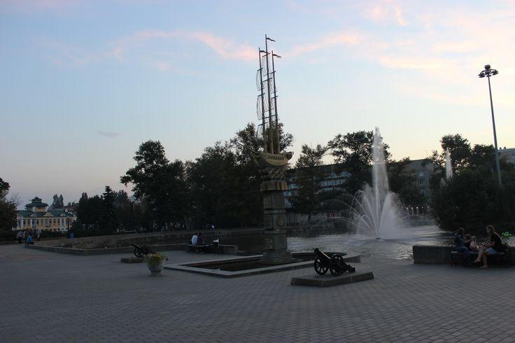 Комсомольский пруд - искусственное водохранилище, которое создали еще в 1703. в этом месте плотина перегораживала  русло реки Липовки.  раньше его называли прудом Верхнего железоделательного завода.