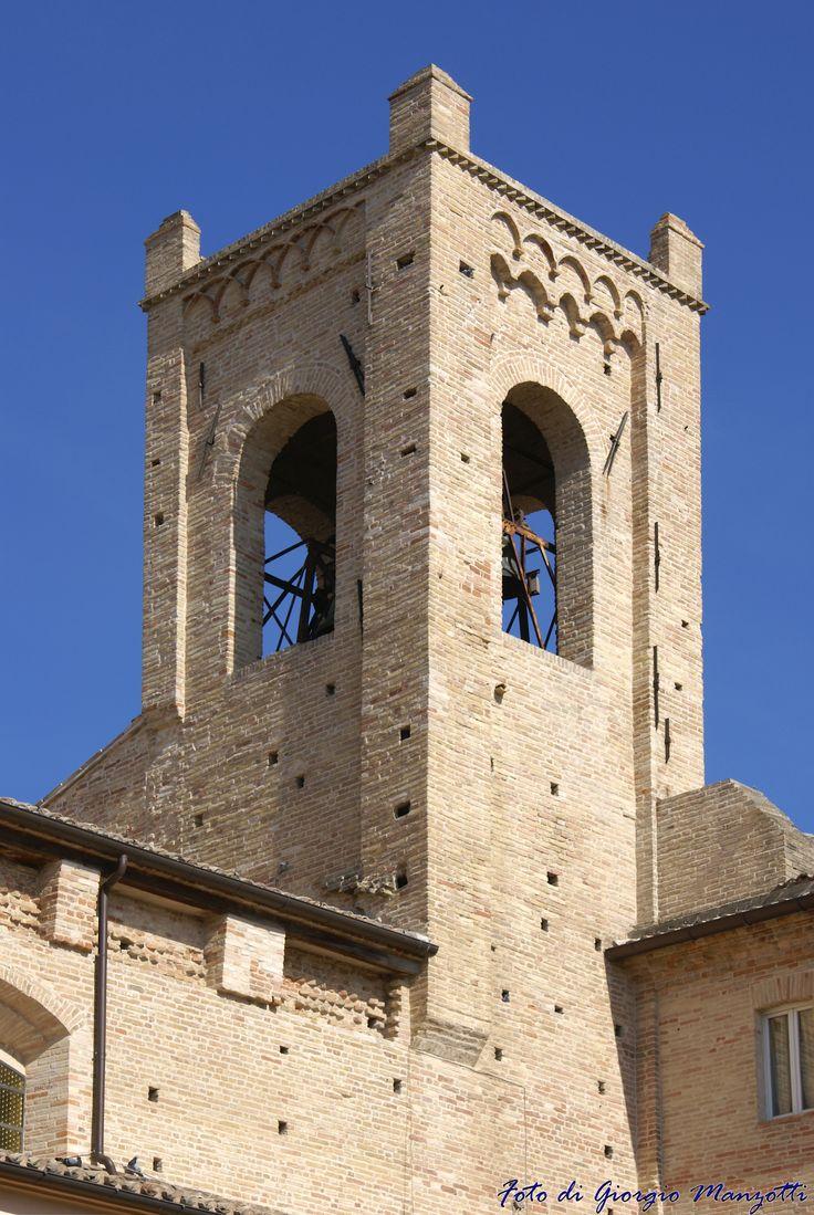 """La torre """"del Passero Solitario"""" nel chiostro di Sant'Agostino a Recanati. Foto di Giorgio Manzotti."""