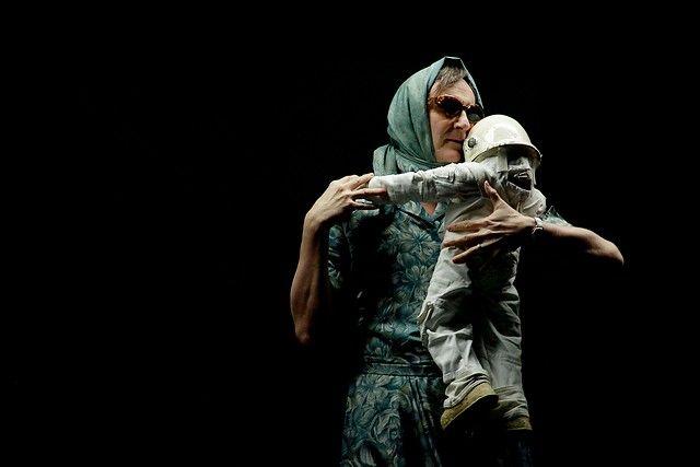 """9 de Enero de 2013/SANTIAGO  Esta tarde se realizó, en el Teatro Municipal de Las Condes, la pasada de prensa de la obra canadiense """"La cara oculta de la luna"""", que es parte del festival Santiago a Mil. FOTO: HANS SCOTT/AGENCIAUNO"""