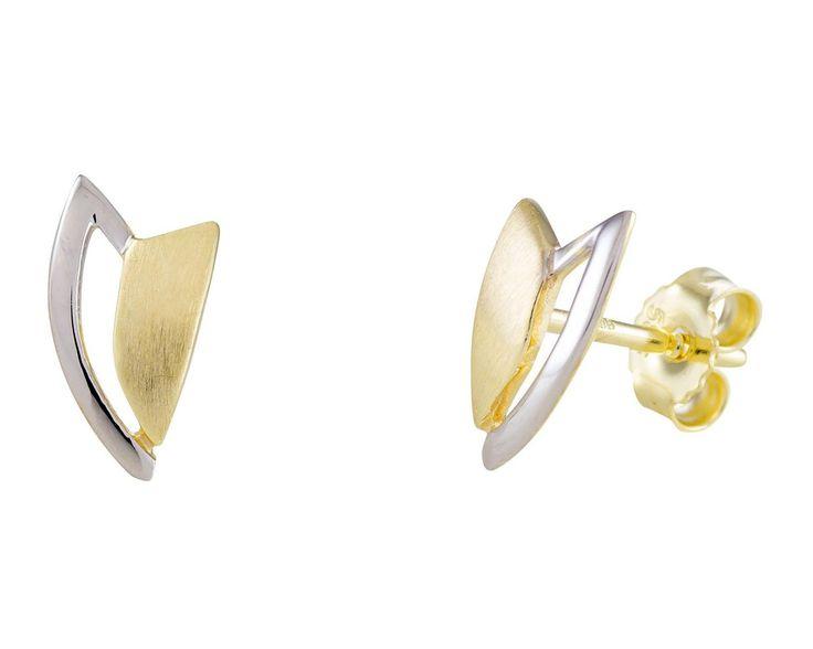 Glow Gouden Oorbellen bicolor 206.0393.00. Prachtige en chique Oorknopjes in een V-vorm. Uitgevoerd in wit- en geelgoud. Sluiting middels een puchette. Past bij elke outfit en geeft u de uitstraling die bij past.