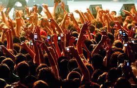 Het irriteert me dat veel mensen op festivals/concerten met hun neus in hun telefoon zitten, i.p.v. te genieten van de sfeer