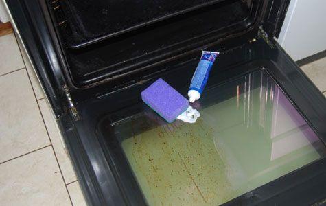 Med tandkräm, grytsvamp och ett par minuters gnuggande får du en ren och snygg ugnslucka.
