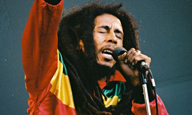 """""""Nincsenek+láncok+a+lábaimon,+de+nem+vagyok+szabad""""+dúdolhatná+most+a+néhai+Bob+Marley+jamaicai+énekes+dalát+Tarsoly+Csaba,+a+Quaestor-csoport+korábbi+tulajdonos-vezetője.+A+Fővárosi+Ítélőtábla+ugyanis+megszüntette+Tarsoly+két+éve+tartó+előzetes+letartóztatását+és+házi+őrizetét+rendelte+el.  Bob…"""