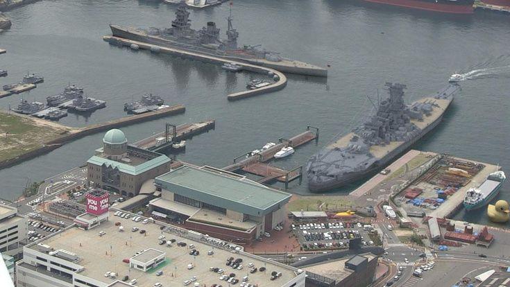 ネイバル・ホリデーの時代、ビッグ7と呼ばれた世界七大戦艦の一つ、陸奥の大きさは大体こんなもん。奥側。手前は大和。広島県呉市・大和ミュージアム上空にて撮影。