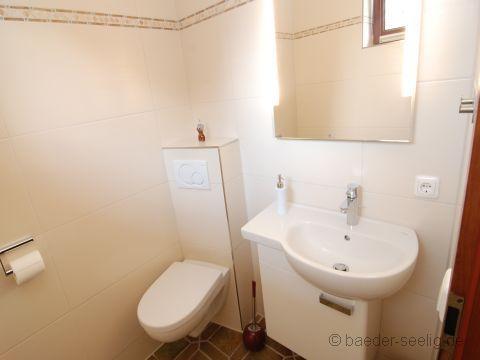 Größzügiges Handwaschbecken mit Unterschrank im Gäste WC
