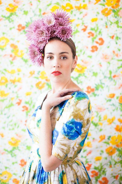 paarse bloemen in haar haar