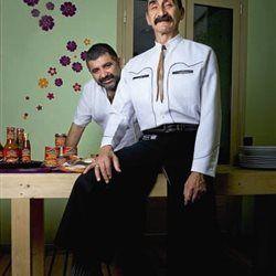 Στην εποχή της επέλασης των τηλεοπτικών σεφ, δύο Μεξικανοί, ο Εντμούντο Εσκαμίγια και ο Γιούρι ντε Γκορτάρι, επιμένουν να «σoτάρουν» τη γαστρονομία σ...