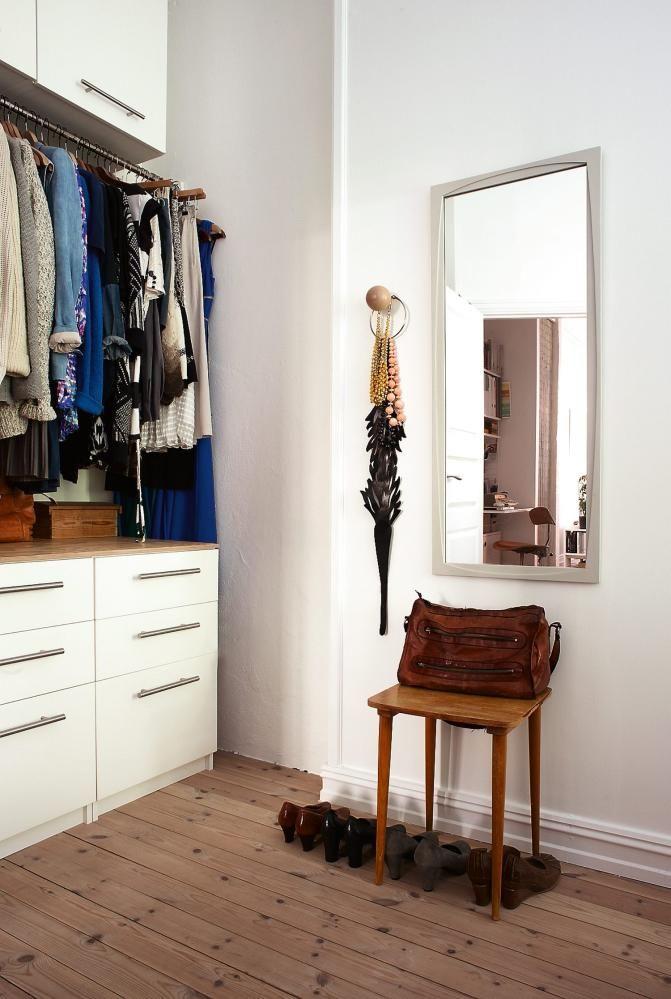 Soverom, garderobe Arkitektens leilighet p� Fredensborg i Oslo. TRANG GANG: Garderoben er laget av kommoder og overskap fra Ikea, med en spesialtilpasset garderobestang i rustfritt st�l. Benkeplaten er i vokset kryssfin�r.