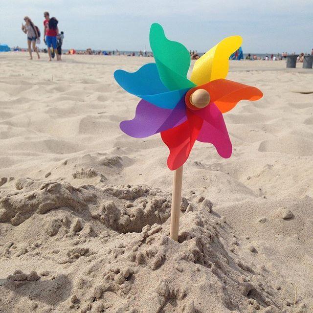 Bei dem unsteten Wetter heute denken wir noch lieber an den super sonnigen Strandtag gestern in Warnemünde zurück ☀️⛵️ Können wir allen Hamburgern für einen herrlichen Tagesausflug sehr empfehlen #stadtschwalben #stadtschwalbenontour #warnemünde #ostsee #dersommerkannkommen